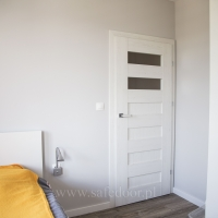 Drzwi DRE Scala A, kolor sosna biała. Panel Weniger Delux Dab Malaga AC6. Lokalizacja ul Orlińskiego